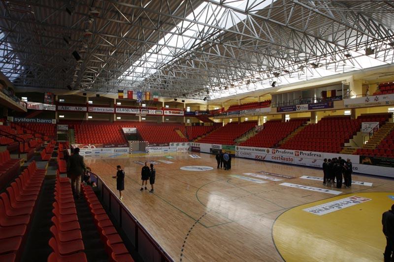 Interior del polideportivo huerta del rey for Piscina huerta del rey