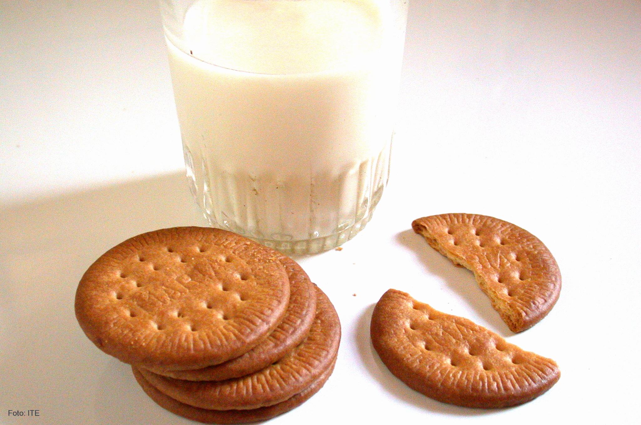 Resultado de imagen de leche y galletas