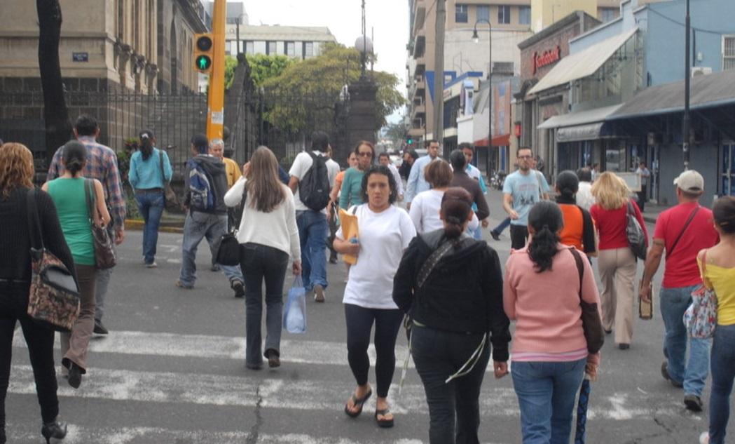 Personas pasean por la calle en costa rica foto ucr for Busqueda de telefonos por calles