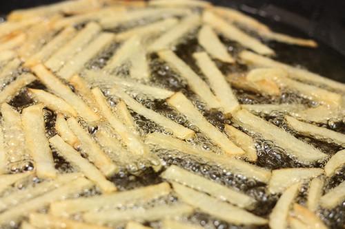 El aceite usado para freír alimentos sirve para generar biodiésel. Foto: Cvc_2k.