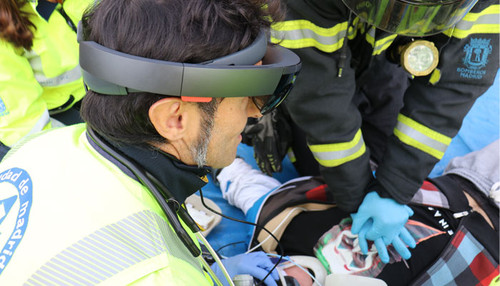 Augmented reality devices improve the assistance provided by the medical professionals