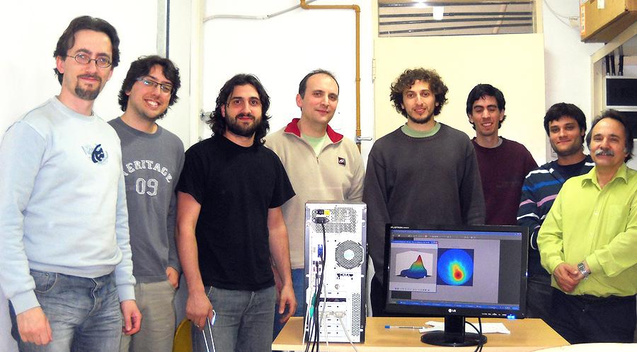 El equipo de la CNEA liderado por Claudio Verrastro, Jefe de la División Sistemas Digitales y Robótica del Centro Atómico Ezeiza, para el desarrollo del tomógrafo PET Argentino. AGENCIA TSS.